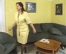 Mature german en tailleur jaune